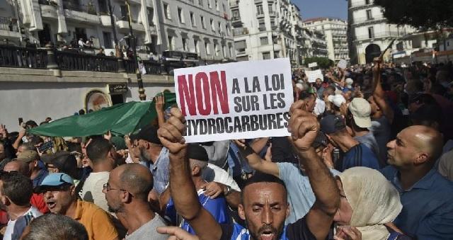 Des Algériens manifestent dans la rue contre une loi sur les hydrocarbures