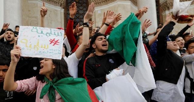 Algérie: des étudiants protestant contre un cortège pro-élection, dispersés