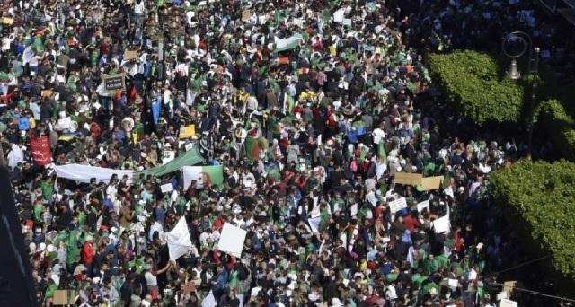 Foule exceptionnelle à Alger pour le dernier vendredi avant la présidentielle