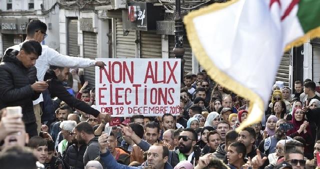 Suite à la conversation avec Macron, le président élu d'Algérie conspué par la rue