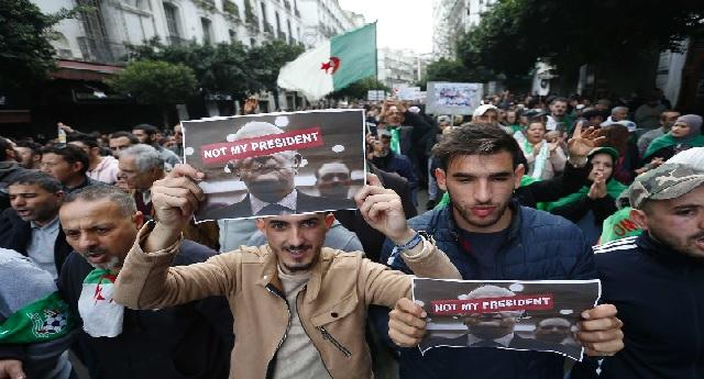 «Soit vous partez, soit on continue», slogan du 1er anniversaire du mouvement de contestation en Algérie