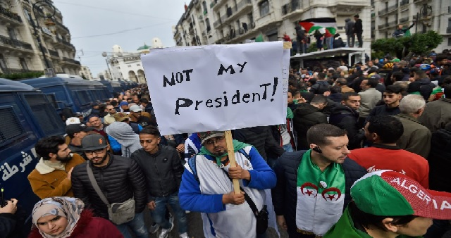 Algérie: Les étudiants défilent contre un président