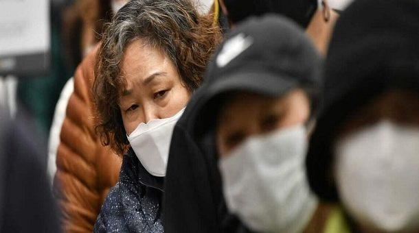 Le virus se répand dans le monde mais tue moins en Chine