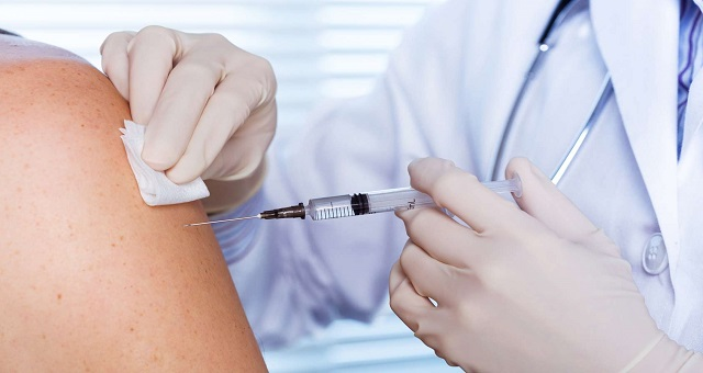 Vaccin anti covid-19: AstraZeneca et l'université d'Oxford reprennent leurs tests