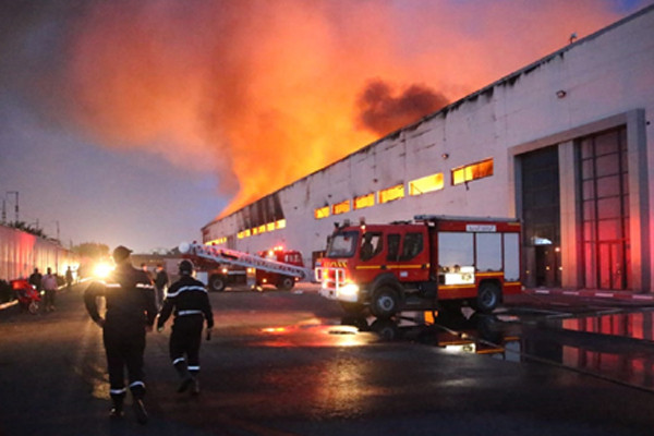 Important incendie dans un dépôt de stockage à Casablanca, feu circonscrit