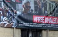 #FreeKhaled : Reporters sans Frontières dévoile une bâche géante à Paris en soutien au journaliste algérien incarcéré, Khaled Drareni