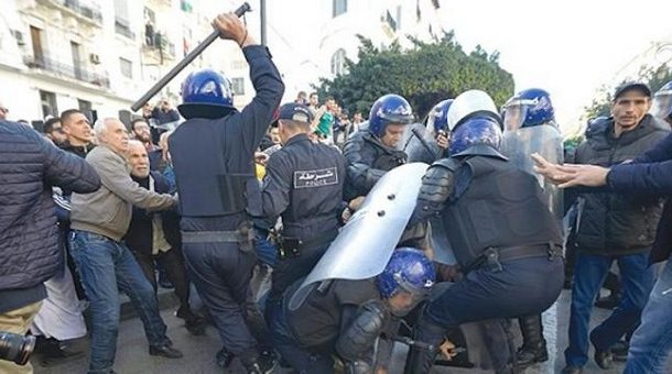 Algérie: Le Hirak à nouveau dans la rue malgré le déploiement policier