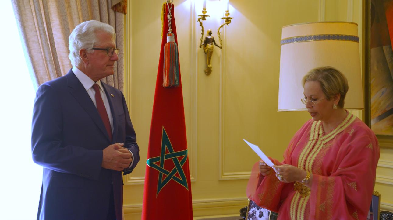 David T. Fischer, ancien ambassadeur américain au Maroc, décoré du Wissam Alaouite de l'ordre de Commandeur