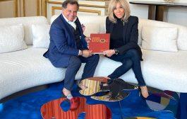 Le catalogue-livre de l'exposition Eugène Delacroix organisée au MMVI de Rabat remis à Mme Macron